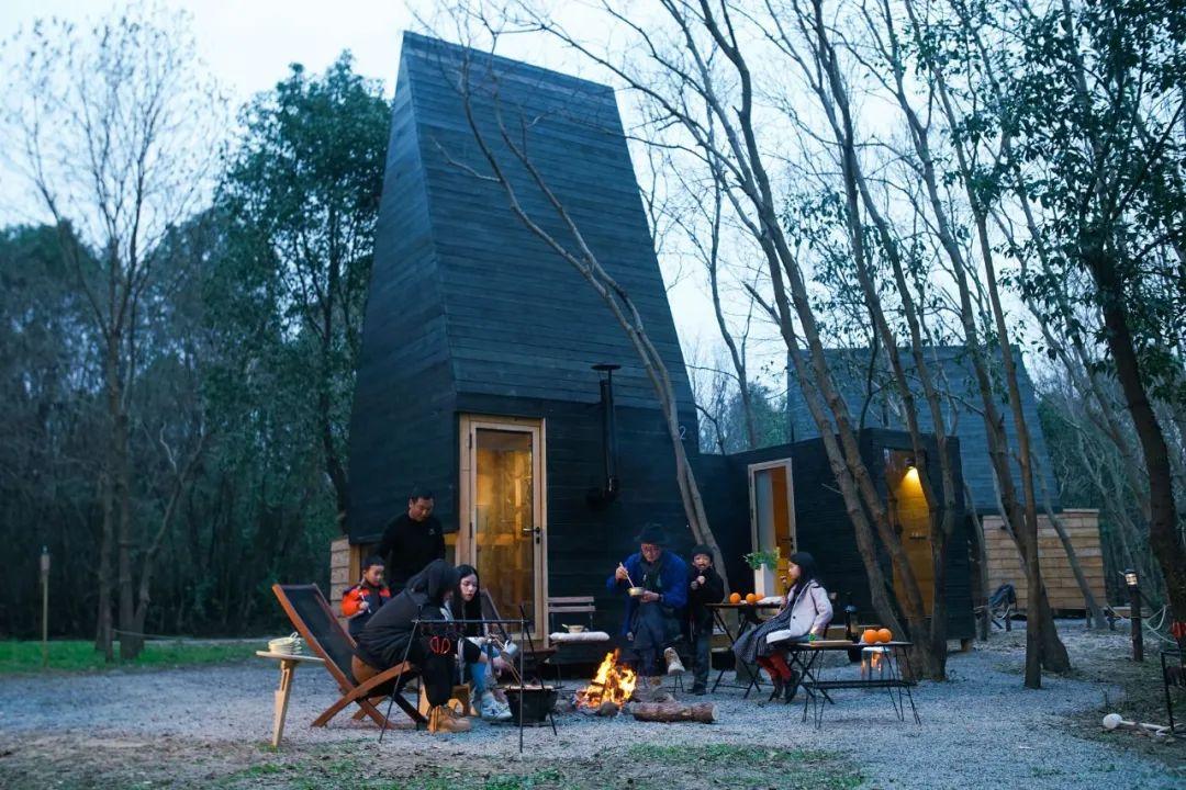 武汉一家人新冠痊愈后,去荒郊造10㎡森林木屋