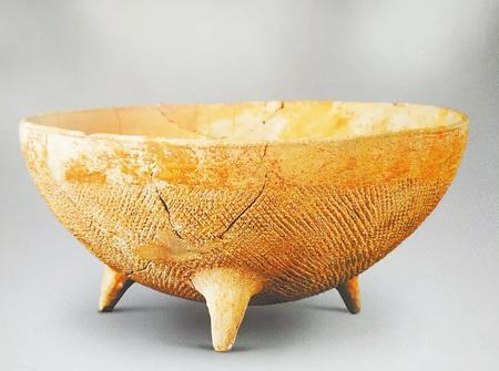 属大地湾一期文化的宽带纹三足彩陶钵