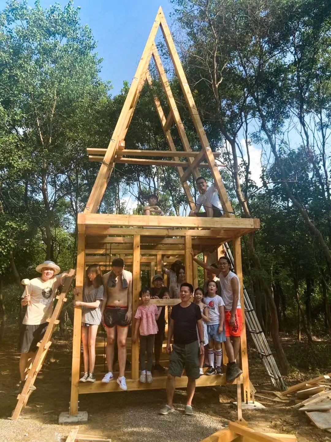 穆威、万谦两家与朋友们开始木屋建造