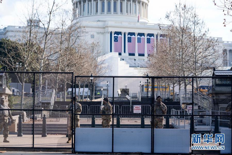 1月13日,在美国首都华盛顿,国民警卫队士兵在国会大厦外警戒。新华社记者 刘杰 摄
