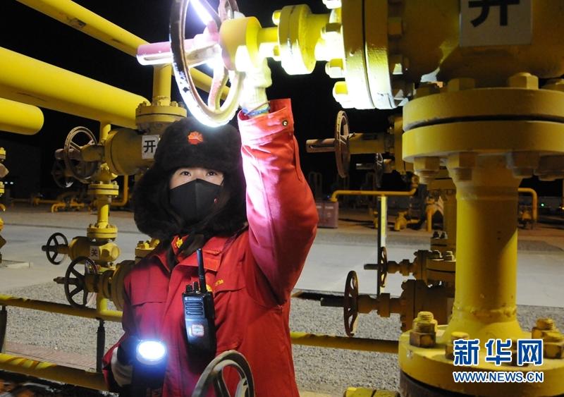 1月6日,采气一厂区域中心监测员刘立伟在检查管道阀门。新华社记者 王浡 摄