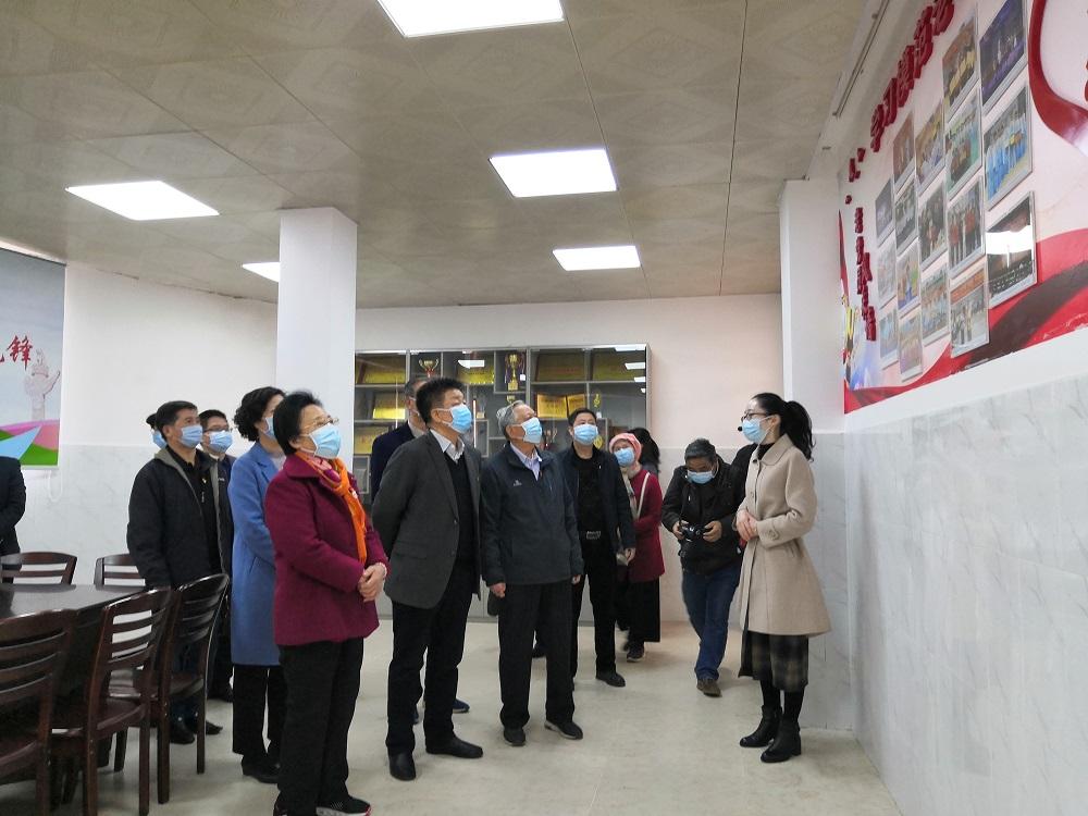 离退休党员干部们参观湛江市老党员驿站