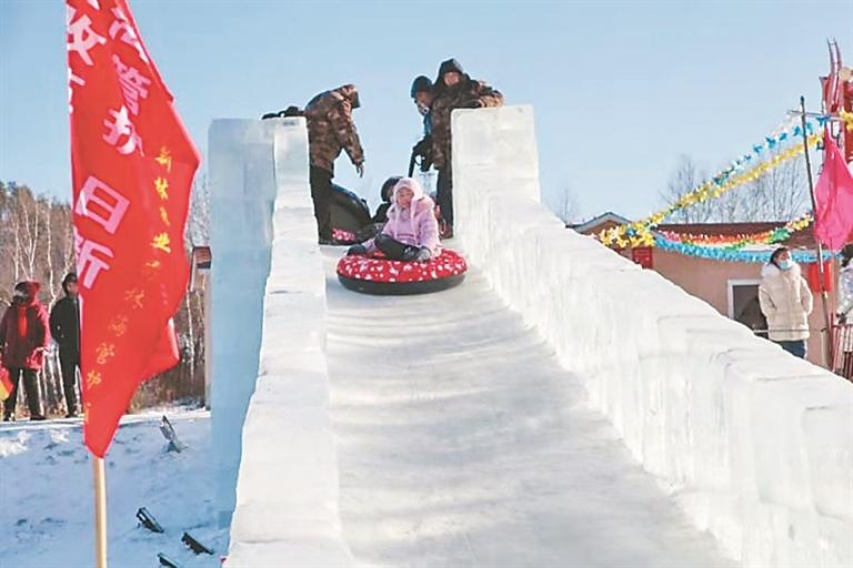 冰滑梯。刘大泳摄