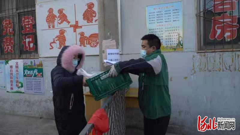 宝鲜网员工给顾客配送蔬菜。