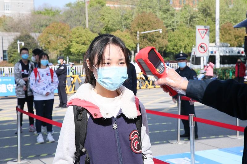 2020年4月7日,合肥一中学生经过严格检查返回校园