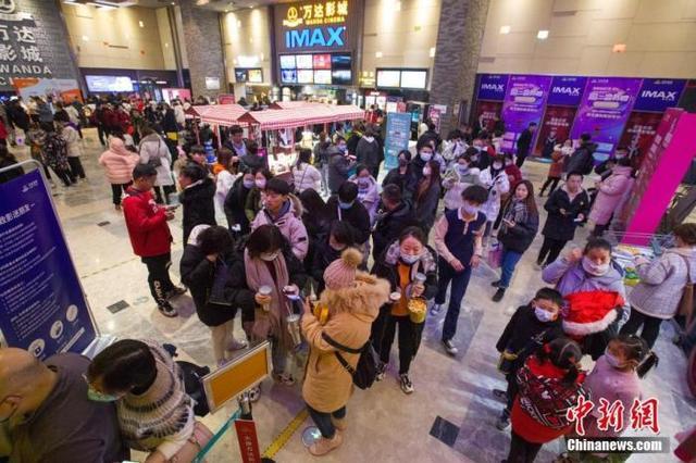 资料图:2020年12月31日19时左右,山西省太原市的一家电影院内,人们排队等候观影。