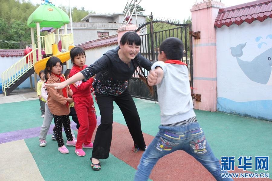 支月英与孩子们在一起。新华网发
