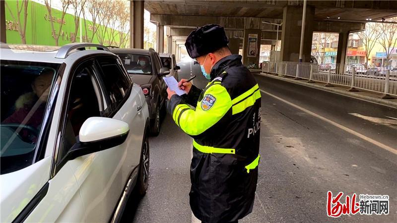 1月12日,省会交警薛涛在石家庄市和平东路排查过往车辆。河北日报记者 田瑞夫摄