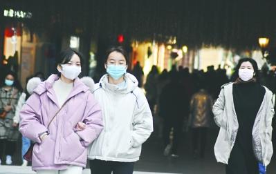 1月12日,武昌汉街,逛街的市民都自觉佩戴口罩。
