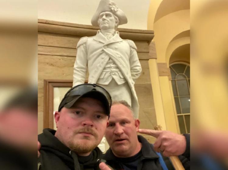 【巨乳萝莉】_美国两名警察暴力闯国会被捕 曾被拍到在雕像前合影