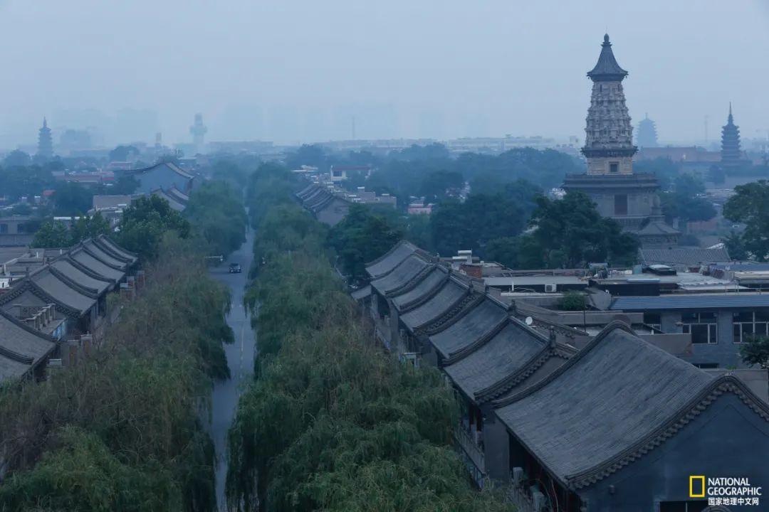 四塔出现在同一画框,前景为广惠寺华塔