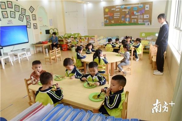 孩子入读普惠性幼儿园有补助,惠州通过这一帮扶措施缓解入园难、入园贵问题。南方日报记者 梁维春 摄