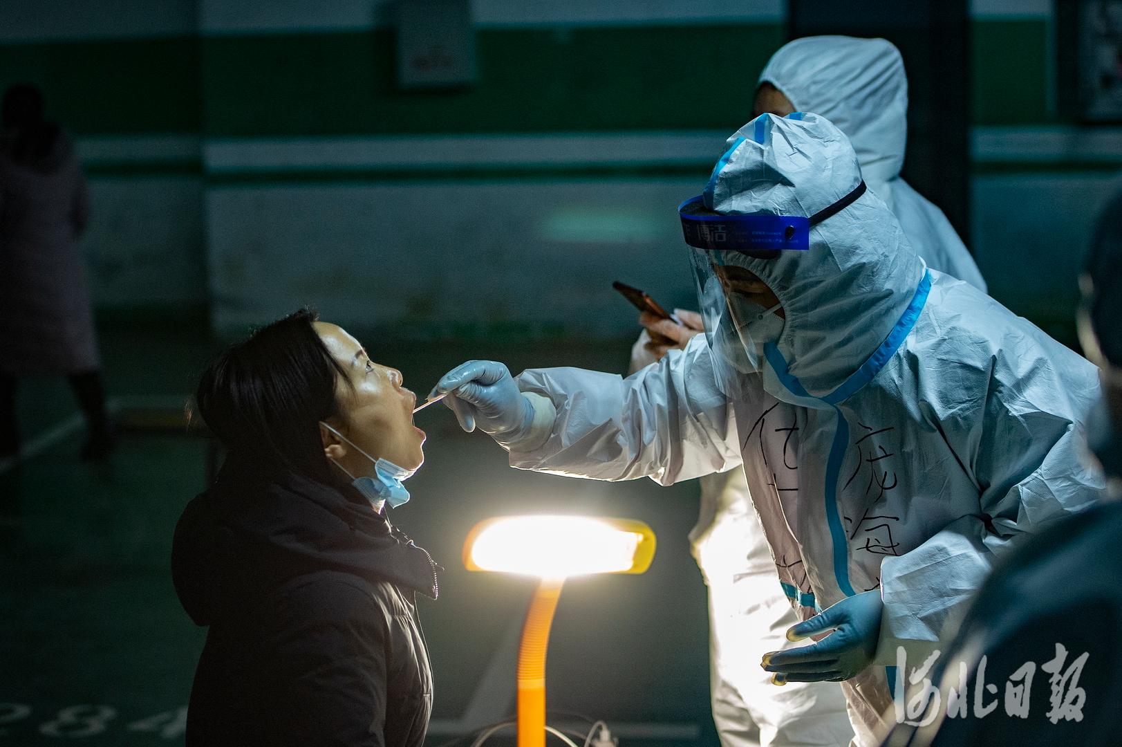 2021年1月12日,河北省石家庄市西古城社区居民在接受核酸检测采样。当日石家庄市第二轮全员核酸检测全面启动。河北日报记者田明摄