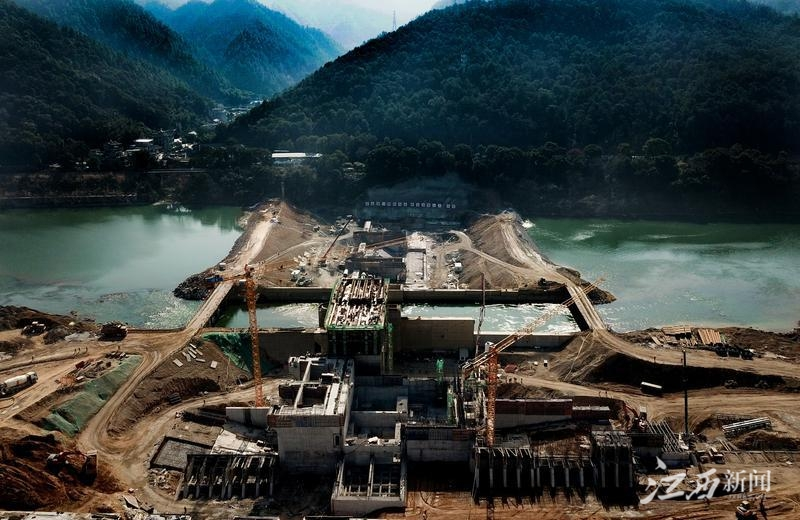"""元月12日,正在紧张施工建设的""""瓷都""""景德镇市昌江河上的景德镇水利枢纽工程现场。"""