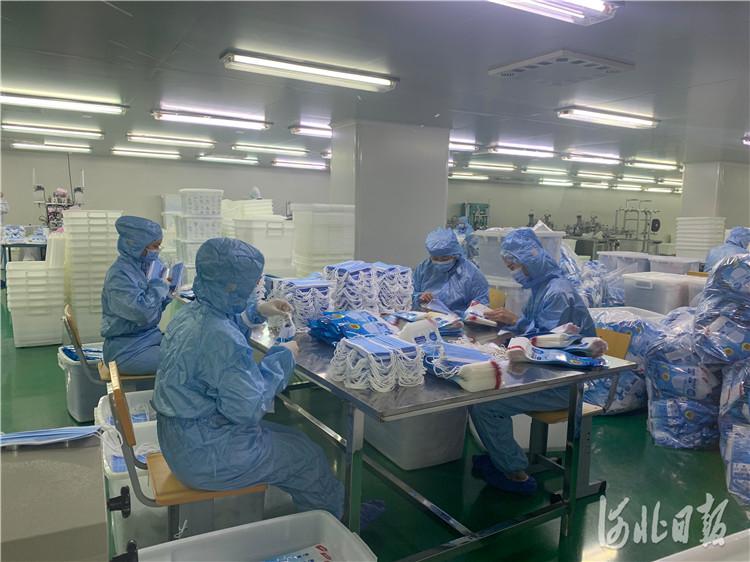 邯郸恒永防护洁净用品有限公司正在抓紧生产口罩。