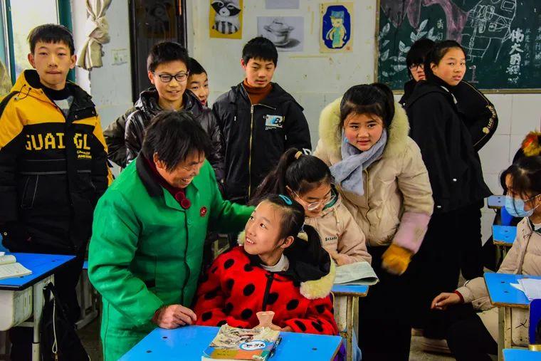 在班上,奶奶的陪伴和同学们的关爱,让婷婷感觉很快乐、很温暖