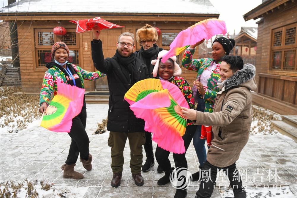 外国友人在吉林省体验东北民俗文化。梁琪佳摄