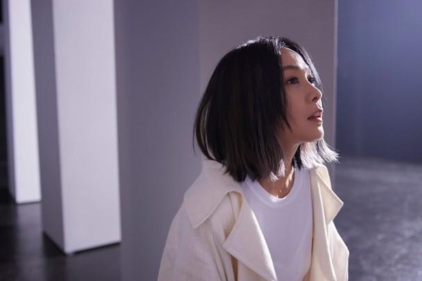 刘若英拍MV亲自上阵吊威亚,挑战高难度空中翻转动作
