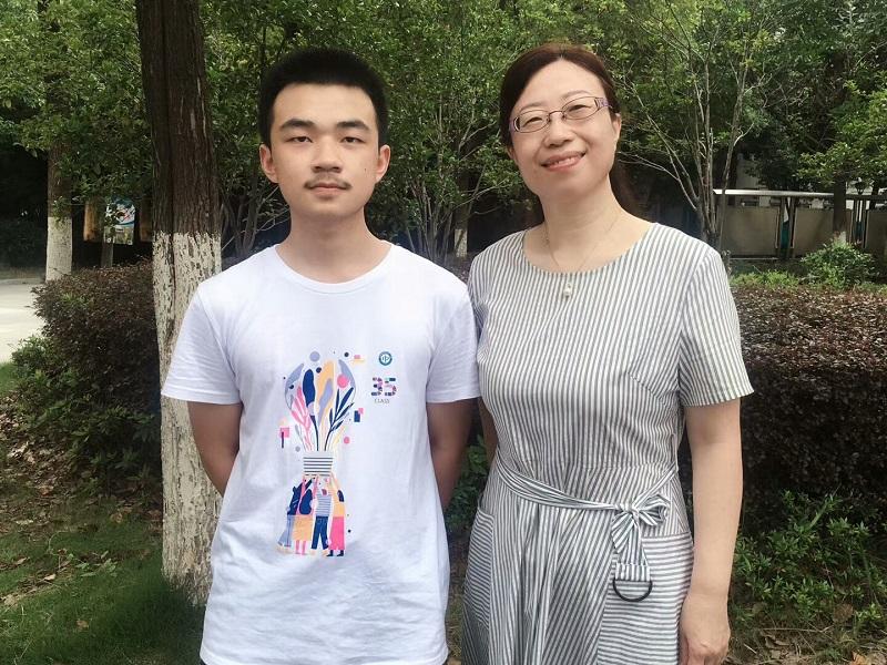 2020合肥市高考理科第一名郭睿鑫同学与班主任费瑞梅老师合影