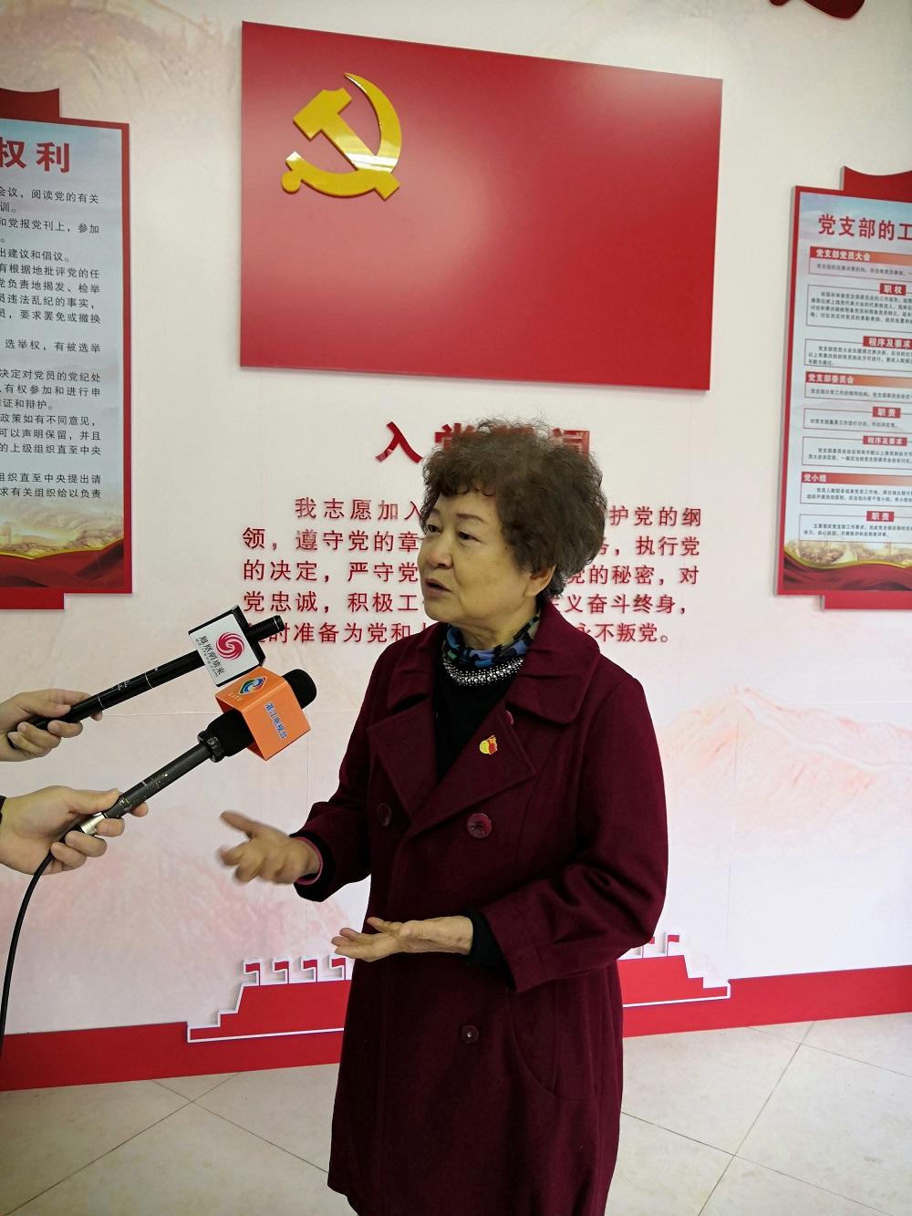 七十多岁的老党员李钊接受媒体采访