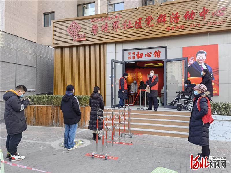 12日下午,广阳区馨境界社区党群活动中心,居民们自动隔开一米的距离排队等待检测。河北日报记者解丽达摄