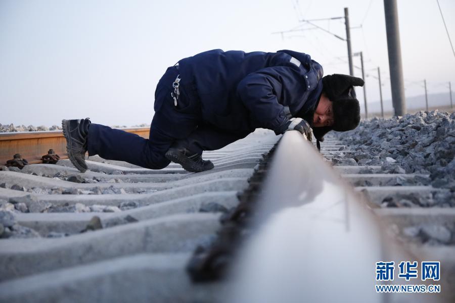 """1月12日,""""清沙人""""对敦煌铁路进行维护。新华社记者 杜哲宇 摄"""