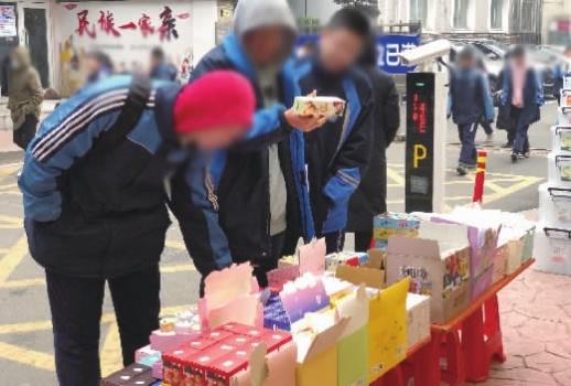长沙市岳麓区某中学附近,学生正在挑选盲盒。记者 刘镇东 摄