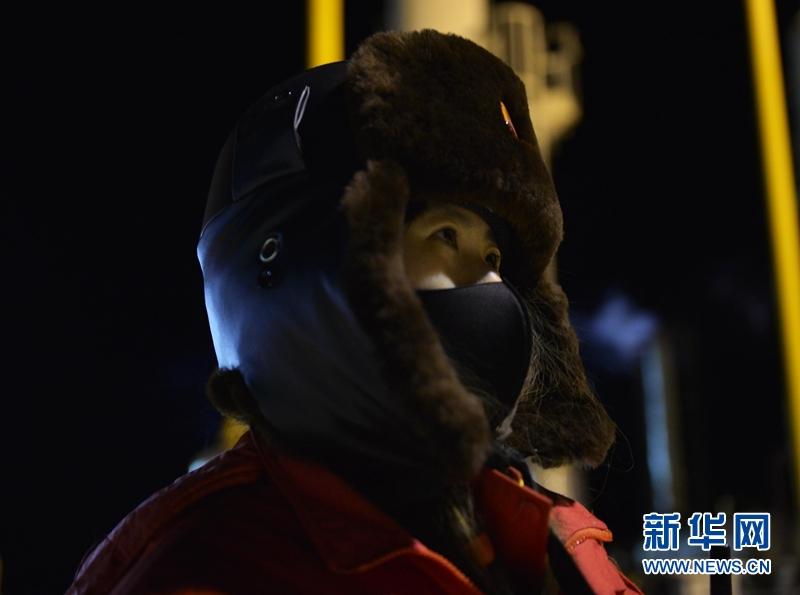 1月6日,采气一厂区域中心监测员刘立伟在巡检途中。新华社记者 张曼怡 摄