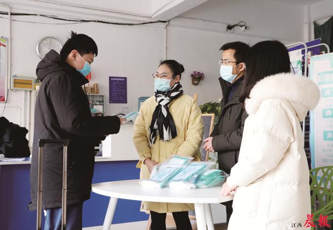 """▲南昌航空大学信息工程学院的学生离校前领取了""""防疫礼包""""。"""