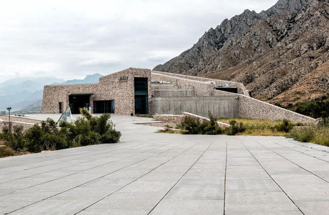 △韩美林艺术馆的墙壁全部都是用山石筑成的,这间艺术馆像一座原始民居,栖息在贺兰山脚/图虫创意