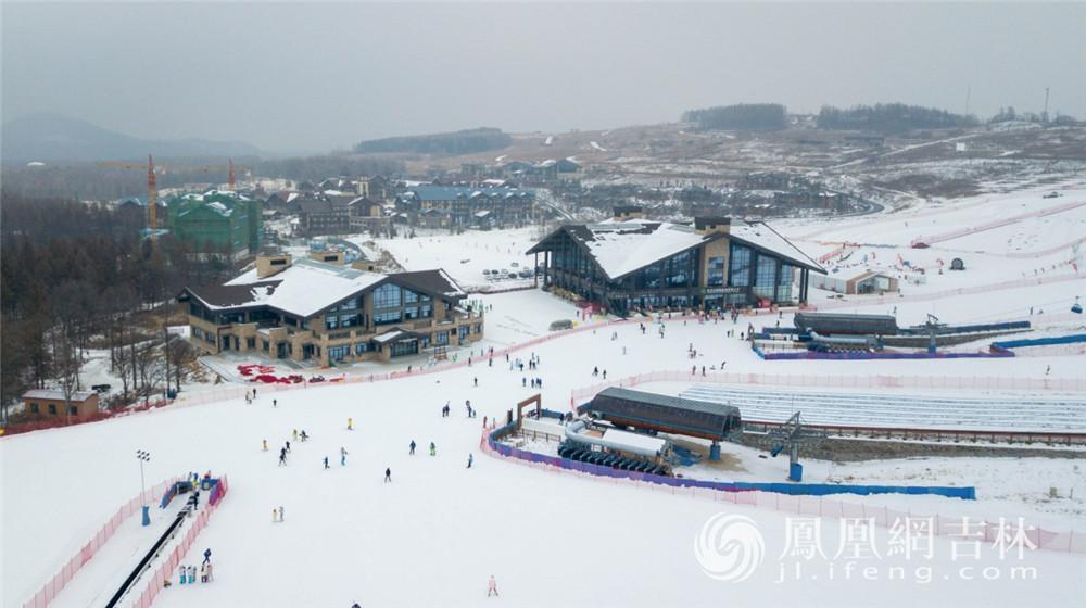 来自全国各地的游客在长白山滑雪。梁琪佳摄