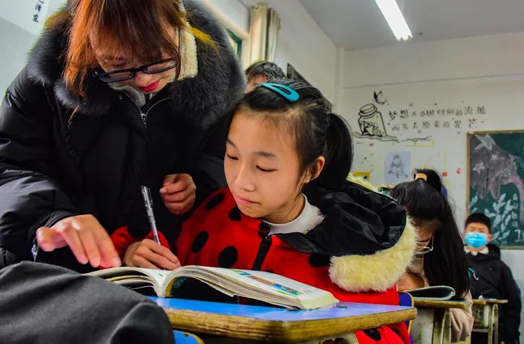 在课业学习上,班主任钟莉悉心指导婷婷,为她释疑解惑