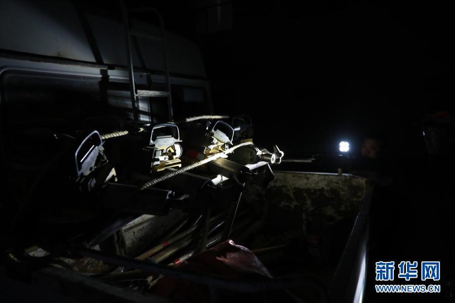 """1月12日,""""清沙人""""在出发前检查机器设备。新华社记者 杜哲宇 摄"""