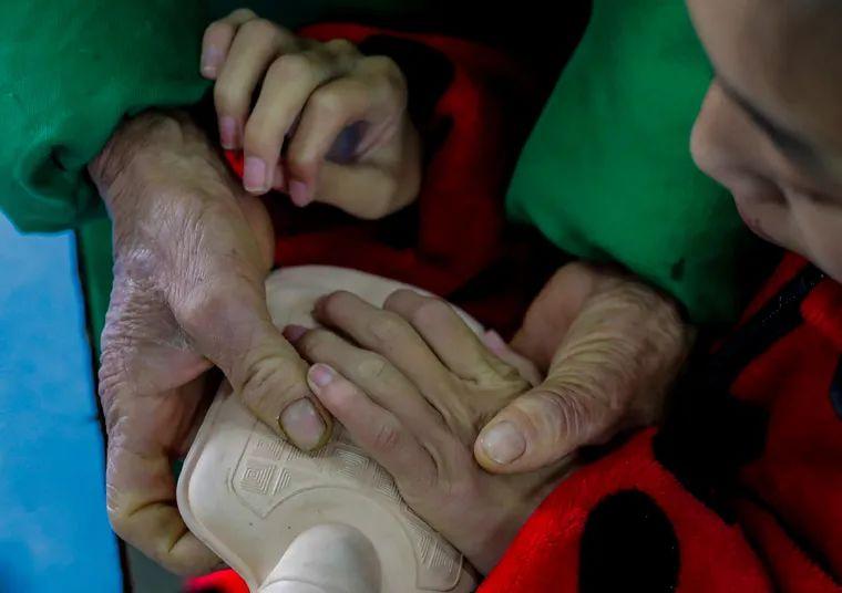 下课间隙,奶奶张桂月都会新装一次热水袋,为小婷婷捂手