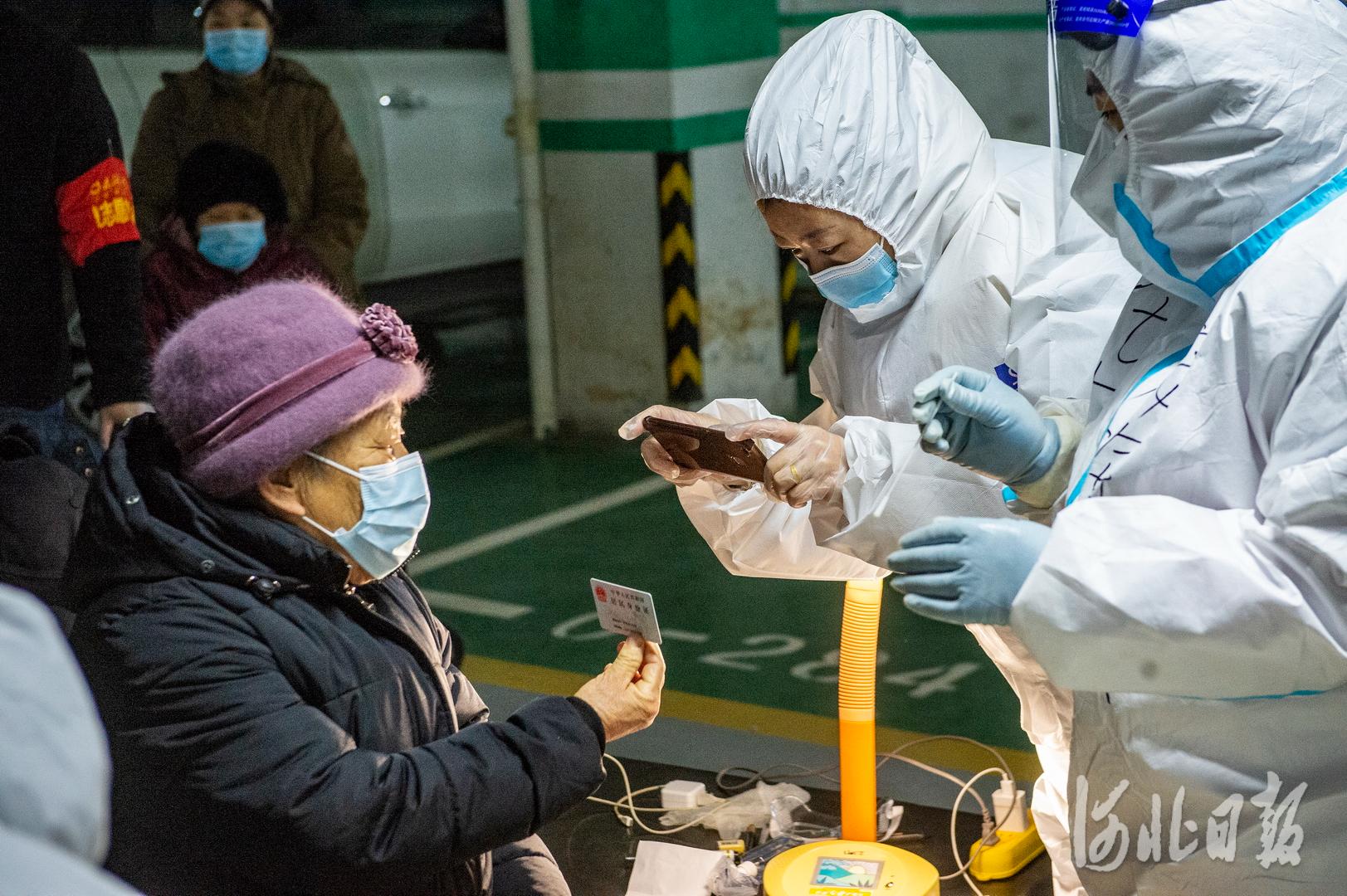 检测人员在为居民录入信息。河北日报记者田明摄