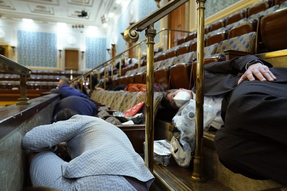美国国会骚乱期间躲避的议员(图源:外媒)