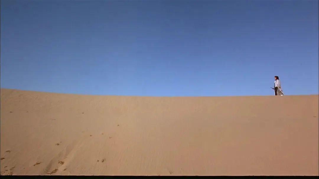 △沙漠与湖海相傍,既荒诞又浪漫/《大话西游之大圣娶亲》