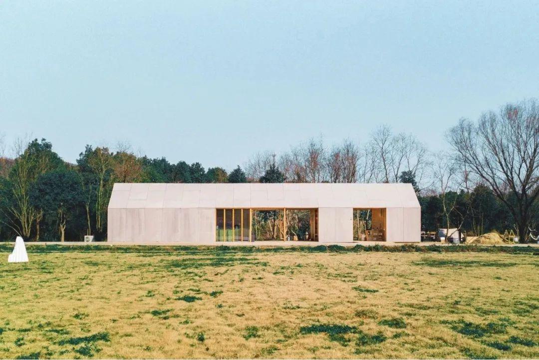 农场里,木材搭建的公共活动木屋