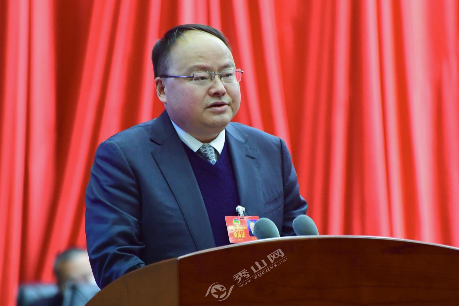 秀山县政协副主席李传宏作提案工作情况报告。鲁诗勤 摄