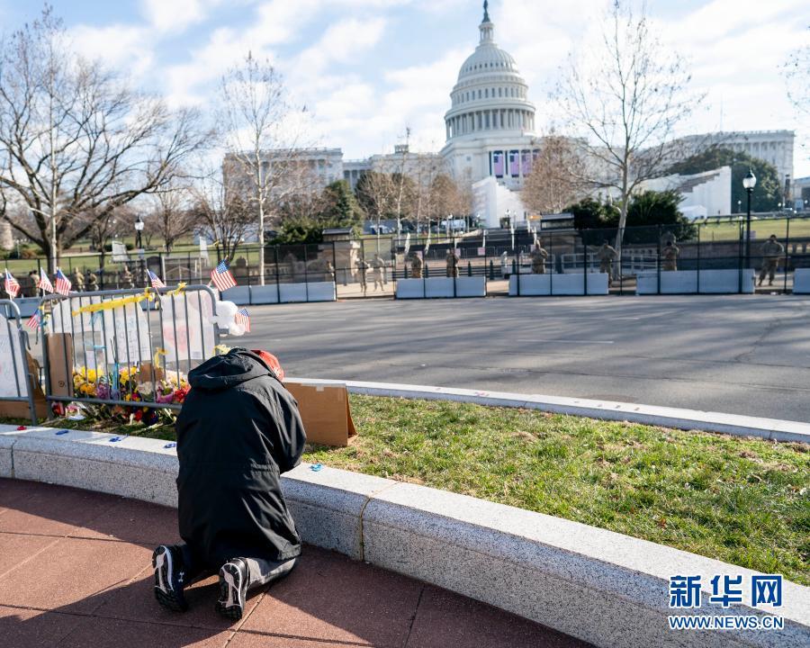 1月13日,在美国首都华盛顿,一名男子在国会大厦附近祈祷。新华社记者 刘杰 摄