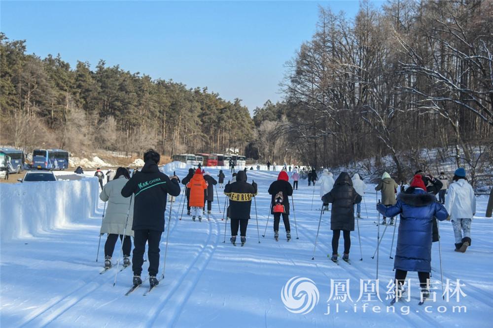 长春的大学生在净月潭滑雪场上滑雪课。梁琪佳摄