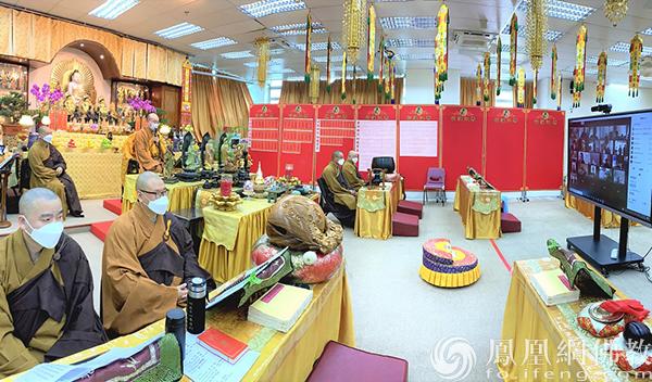 宏明法师传授三皈五戒(图片来源:凤凰网佛教 摄影:果亮)