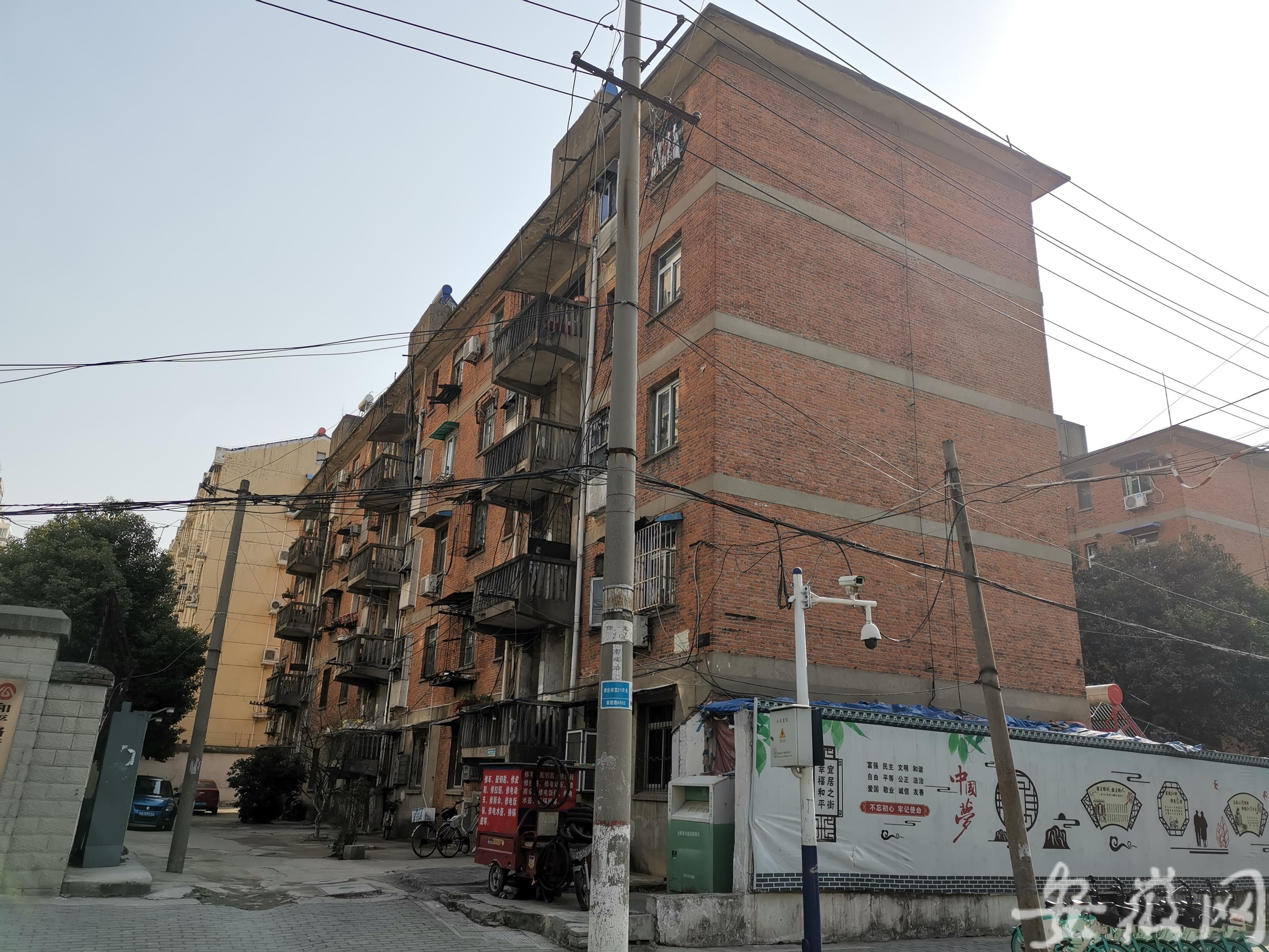 安徽一老旧红楼内现两具男尸,警方已介入调查