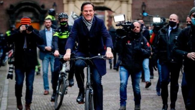 荷兰首相骑自行车向国王辞职