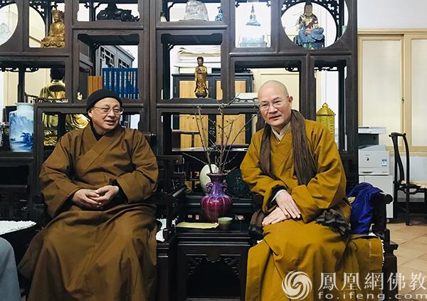 界诠长老接待本性法师、灵耀法师一行(图片来源:凤凰网佛教 摄影:王枫涛)