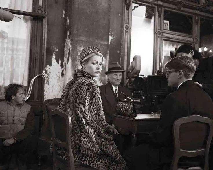 格溫妮斯在《天才瑞格利》拍攝中,位於花神咖啡館的室外座