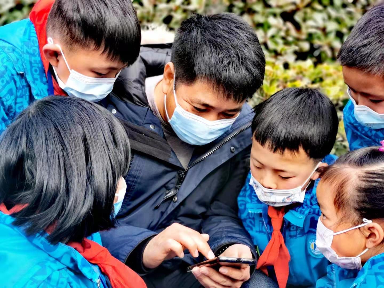 陈建忠与孩子们交流学习生活
