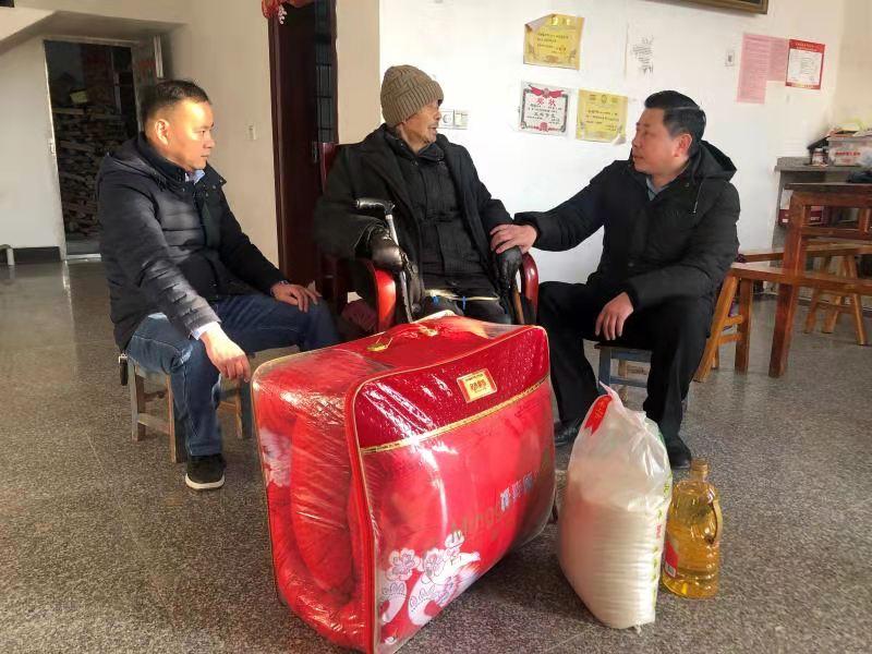 怀宁县平山镇:贫困群众挂心头 (图)