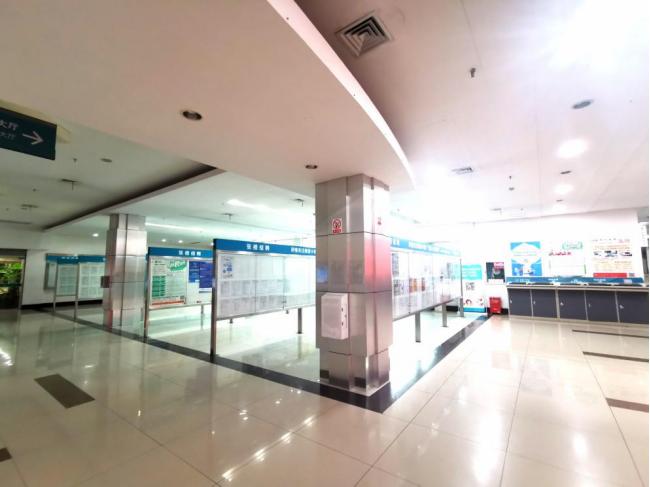工作日的杭州人才市场里,空旷的招聘大厅。本报记者:高佳晨拍摄