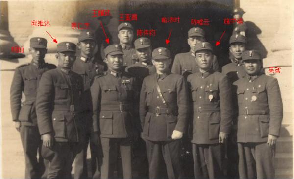 ◆俞济时与第74军军官合影,前排左一为邱维达